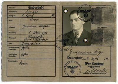 Tarjeta de identidad de la Wehrmacht de Hermann Kopp, quien murió en 1943 en el frente oriental.