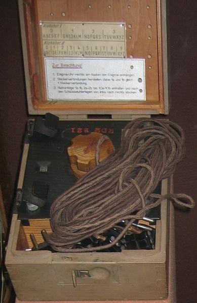 Máquina de enigma militar en caja de madera