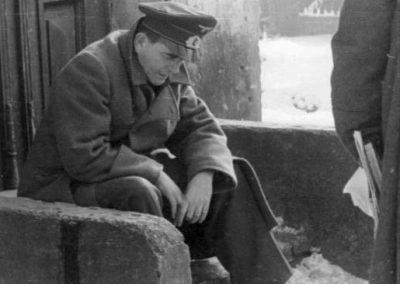 El Reichsminister Speer descansa sentado en un escalón.